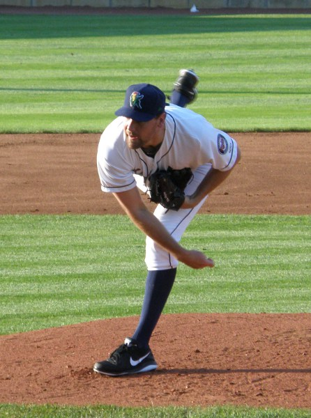Mike Pelfrey delivers during rehab start for Kernels