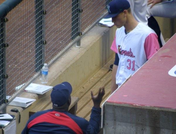 Ivan Arteaga having a between-innings chat with Aaron Slegers (photo: JC/Knuckleballs)