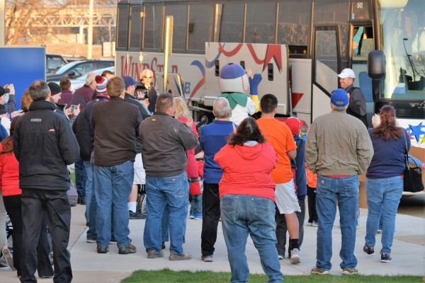 Manager Jake Mauer steps off the bus to the applause of local fans. (Photo: SD Buhr)